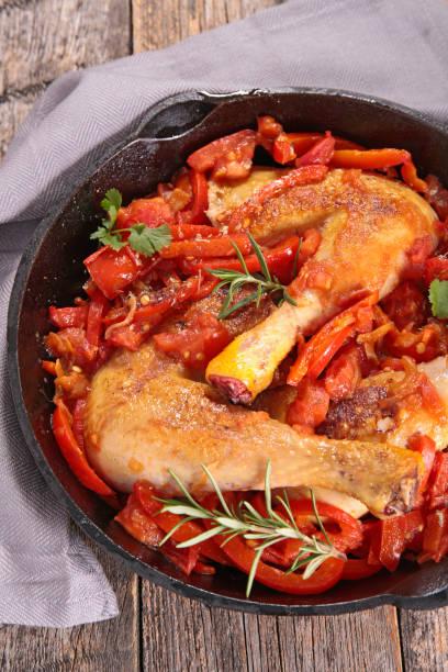 huhn mit tomaten und paprika - paprika hähnchen stock-fotos und bilder