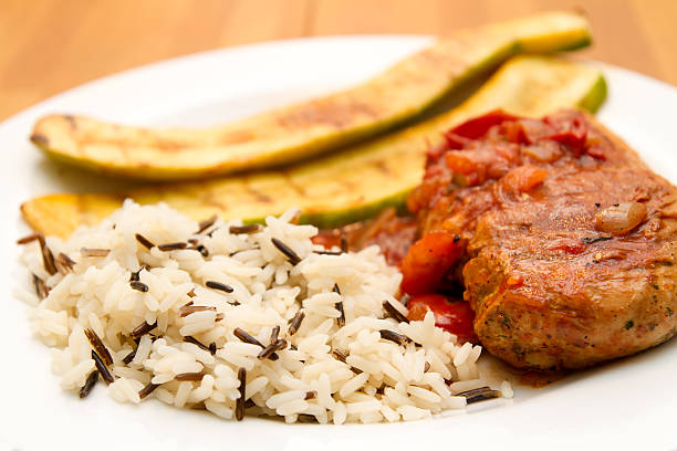 huhn mit gemüse und reis - rezepte mit hühnerfleisch stock-fotos und bilder
