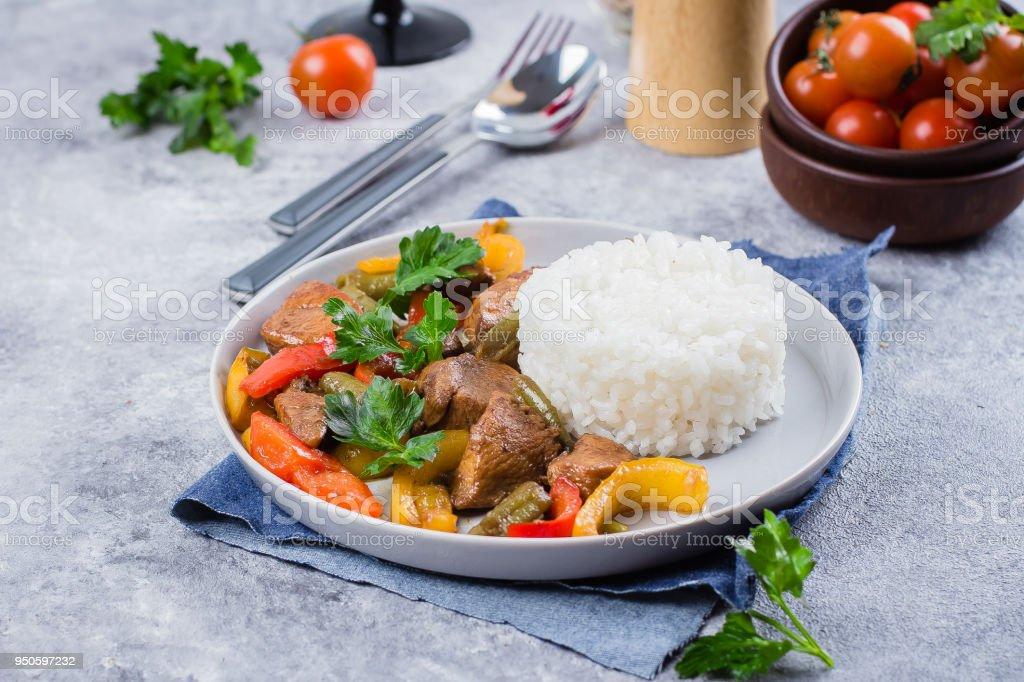 Huhn Mit Gemuse Mit Reis Zum Garnieren Auf Platte Auf Grauen