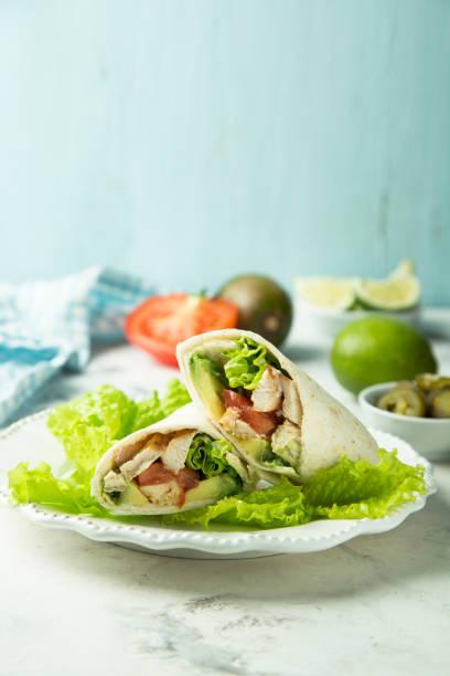 chicken-wraps - veggie wraps stock-fotos und bilder