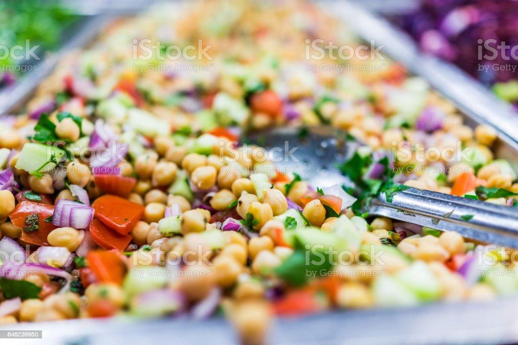 Salada de grão de bico na bandeja em bar com colher - foto de acervo