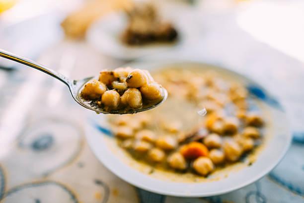 kichererbsen suppe - spinatsuppe stock-fotos und bilder