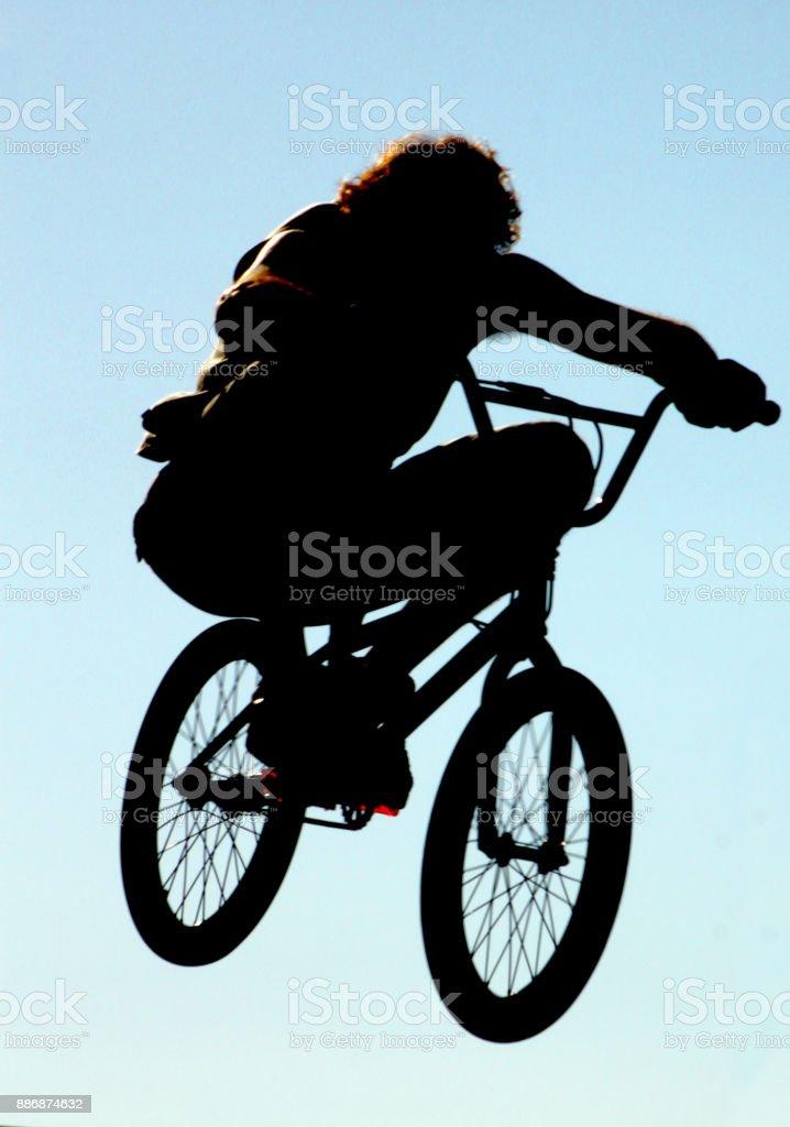 Chico en bicicleta stock photo