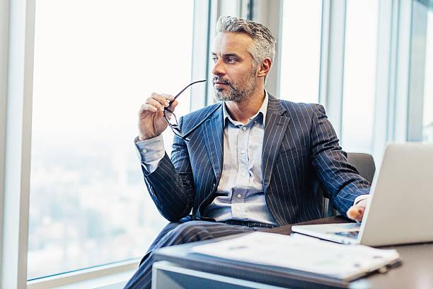 chief executive looking through the window - amministratore delegato foto e immagini stock
