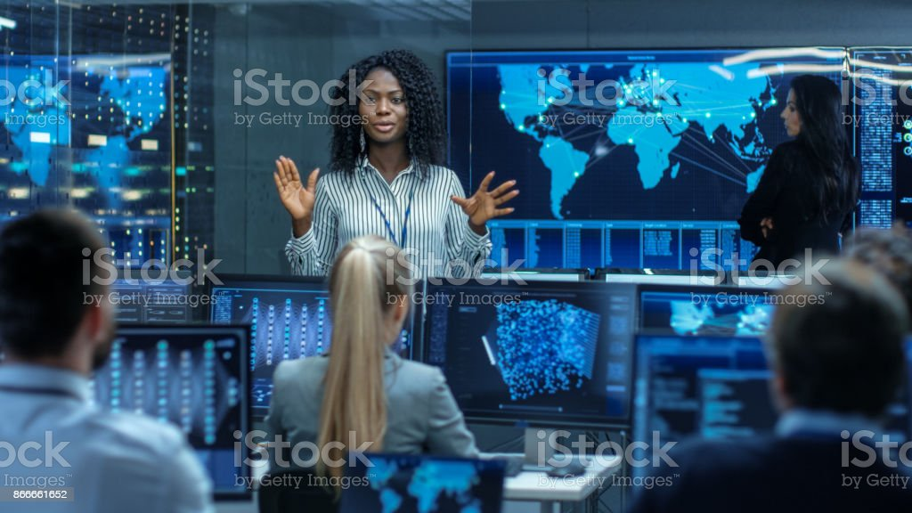 Chief Project Engineer Holds Briefing for a Team of Scientists that are Building Machine Learning System. Displays Show Working Model of Neural Network. foto stock royalty-free