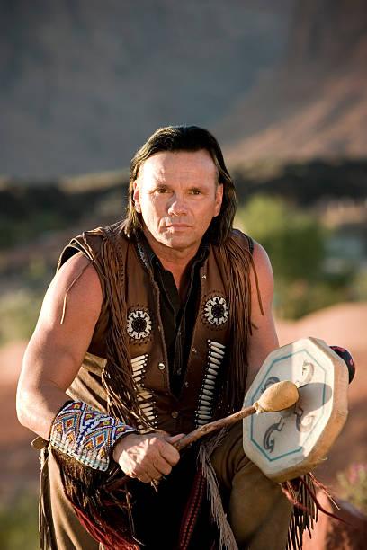 chief s segen - indianer kostüm herren stock-fotos und bilder