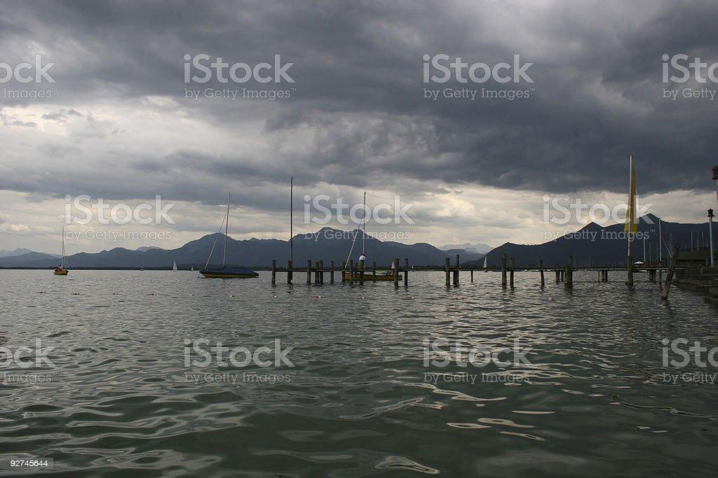 Lake chinancocha, Musical und Alpen unter dunklen Regenwolken Lizenzfreies stock-foto