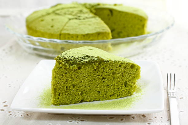 chiffon-kuchen mit grünem tee - grüntee kuchen stock-fotos und bilder