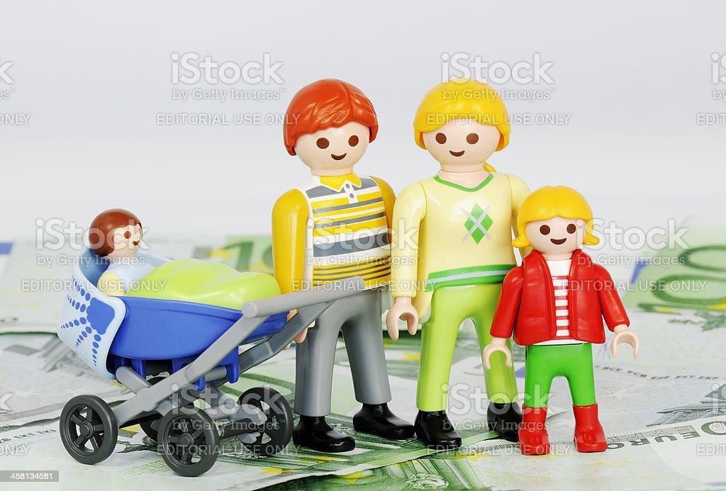 Kind Taschengeld-Playmobil Familie und ein 100-euro-SCHEINE – Foto