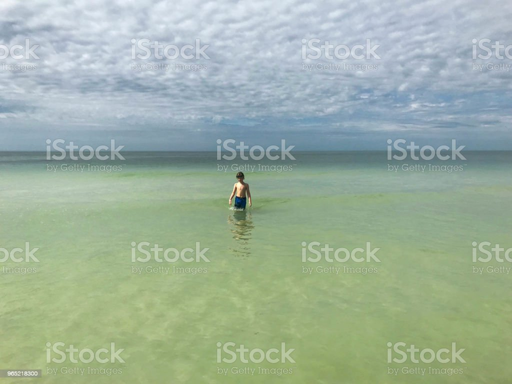 Child alone in the waters of the Gulf of Mexico zbiór zdjęć royalty-free