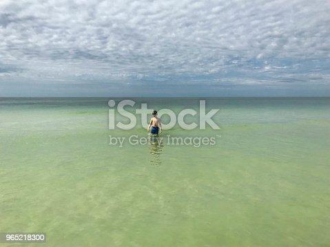 Child Alone In The Waters Of The Gulf Of Mexico - Stockowe zdjęcia i więcej obrazów 8 - 9 lat