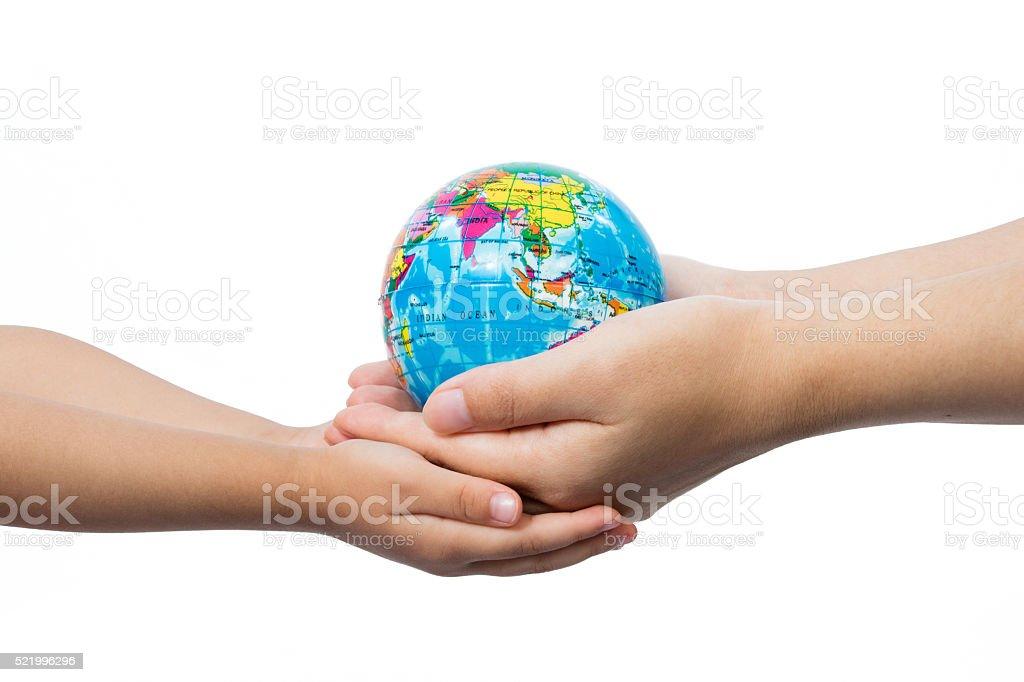 Niño y adulto sosteniendo un globo del mundo en las manos - foto de stock