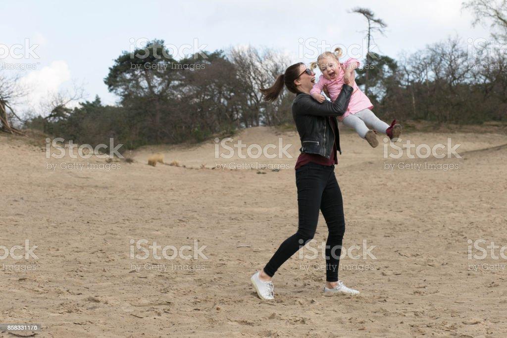 Kind und Tante spielen im sand – Foto