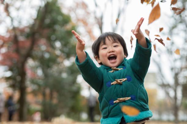 子供と紅葉 - 子供時代 ストックフォトと画像