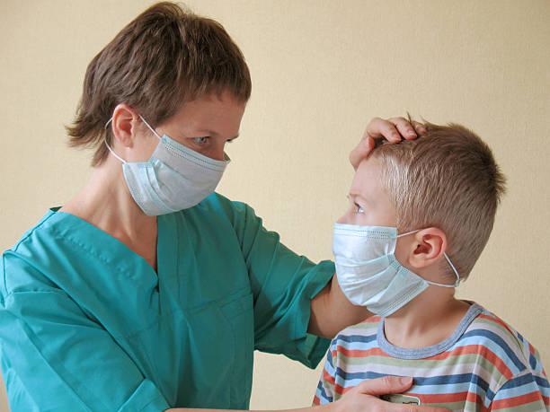 Kinder und Medizin Arzt in Maske – Foto