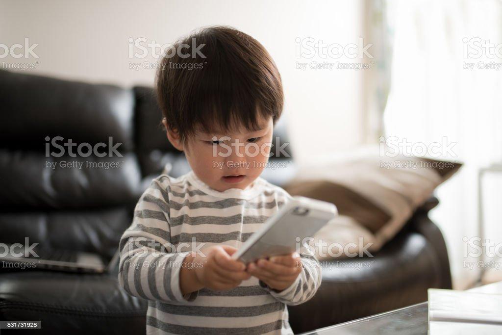 子供と携帯電話 ストックフォト