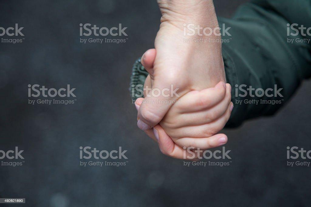 Kind und Mutter Hände halten. – Foto