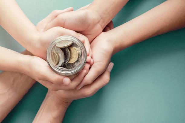 Kinder-und Elternhände halten Geld Glas, Spende, Sparen, Nächstenliebe, Familienfinanzierungsplan Konzept, Coronavirus Konjunktur-Rettungspaket, Superannuation-Konzept – Foto