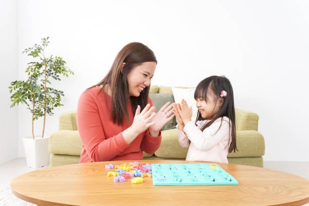 自宅で勉強する子どもと親 ストックフォト