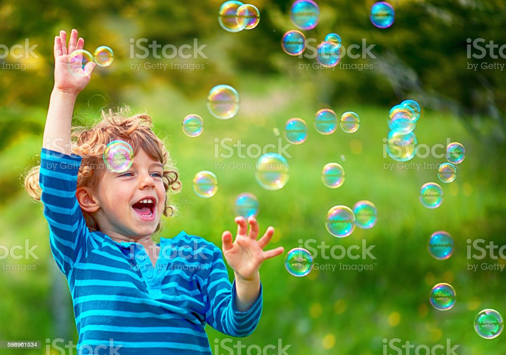 Dziecko i mydło ma pęcherzyków powietrza  – zdjęcie