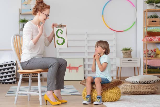 criança e professora no jardim de infância - aula de idioma - fotografias e filmes do acervo