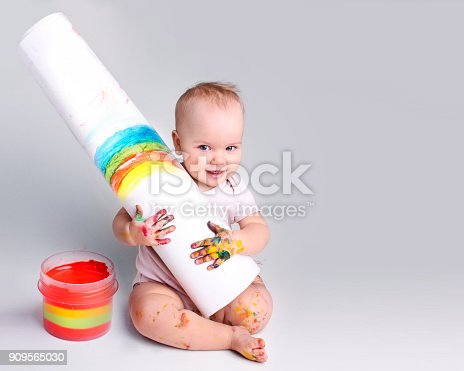istock Child artist,baby painter with drawing empty space background. 909565030