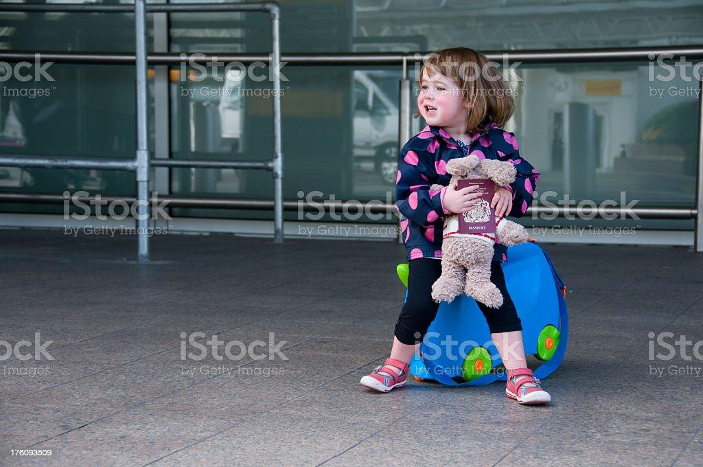 Kind im Flughafen – Foto