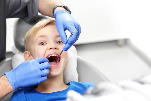 Kind beim Zahnarzt. Zahnärztliche Überprüfung – Foto