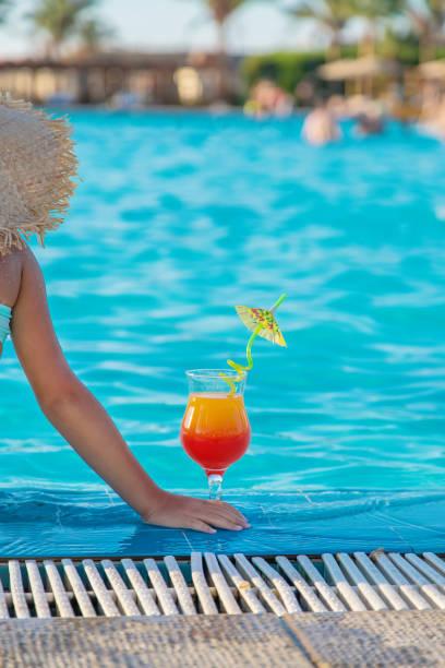 ein kind am meer trinkt einen cocktail. selektiver fokus. - urlaub in tunesien stock-fotos und bilder