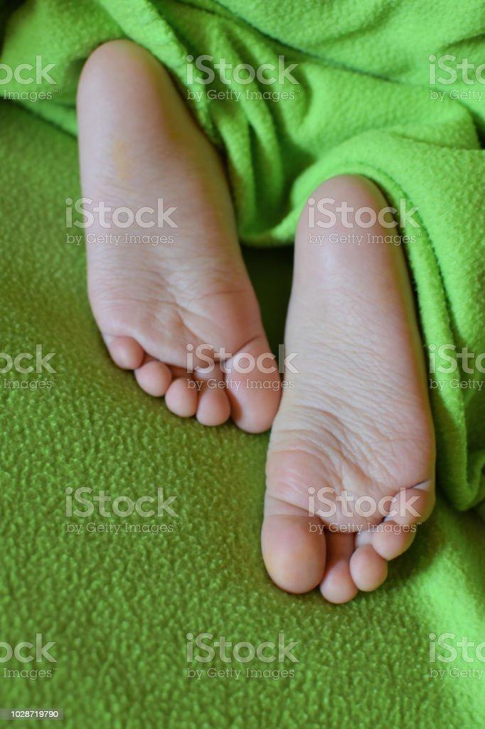 Child bare feet – zdjęcie