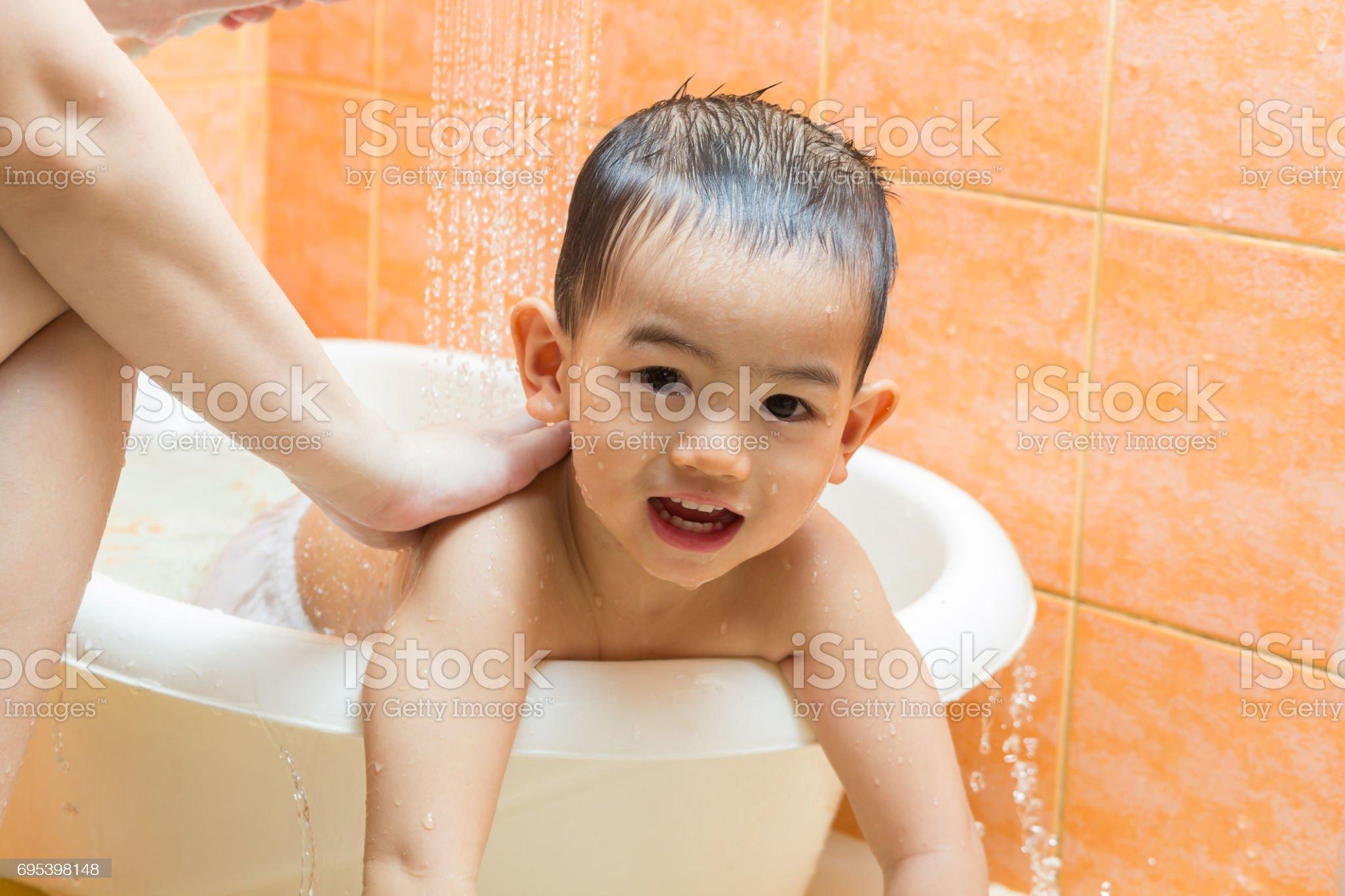 Imagen de Niño bañándose con la madre en el baño ...