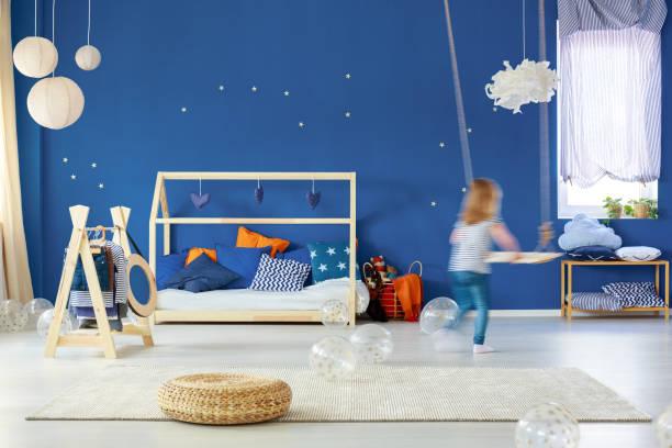 kinder-schlafzimmer mit swing - marineblau schlafzimmer stock-fotos und bilder