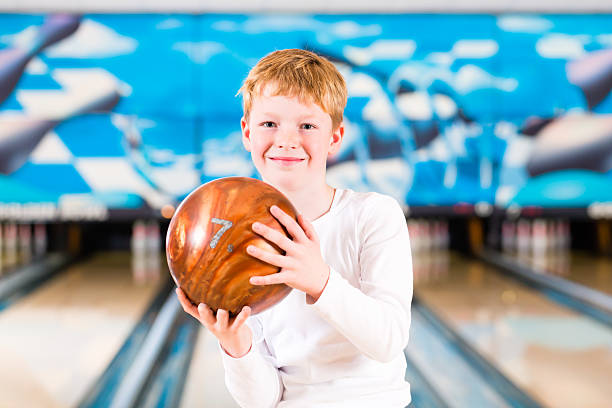 Kind mit ball in bowling alley – Foto