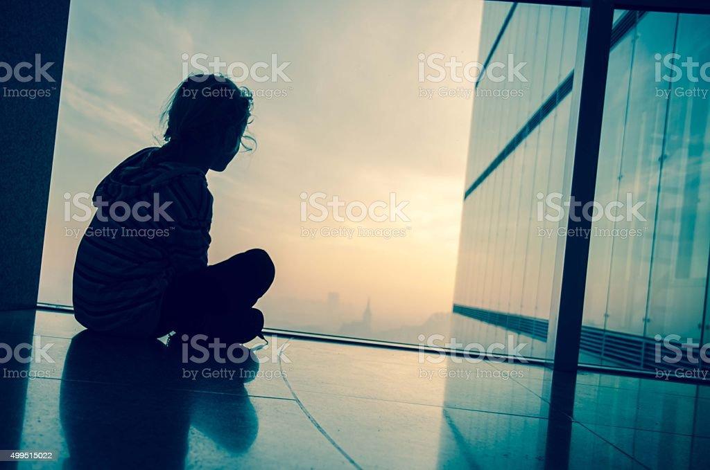 Kind am Fenster – Foto