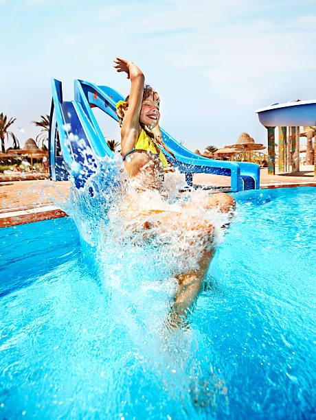 Kind auf Wasserrutsche am aquapark. – Foto