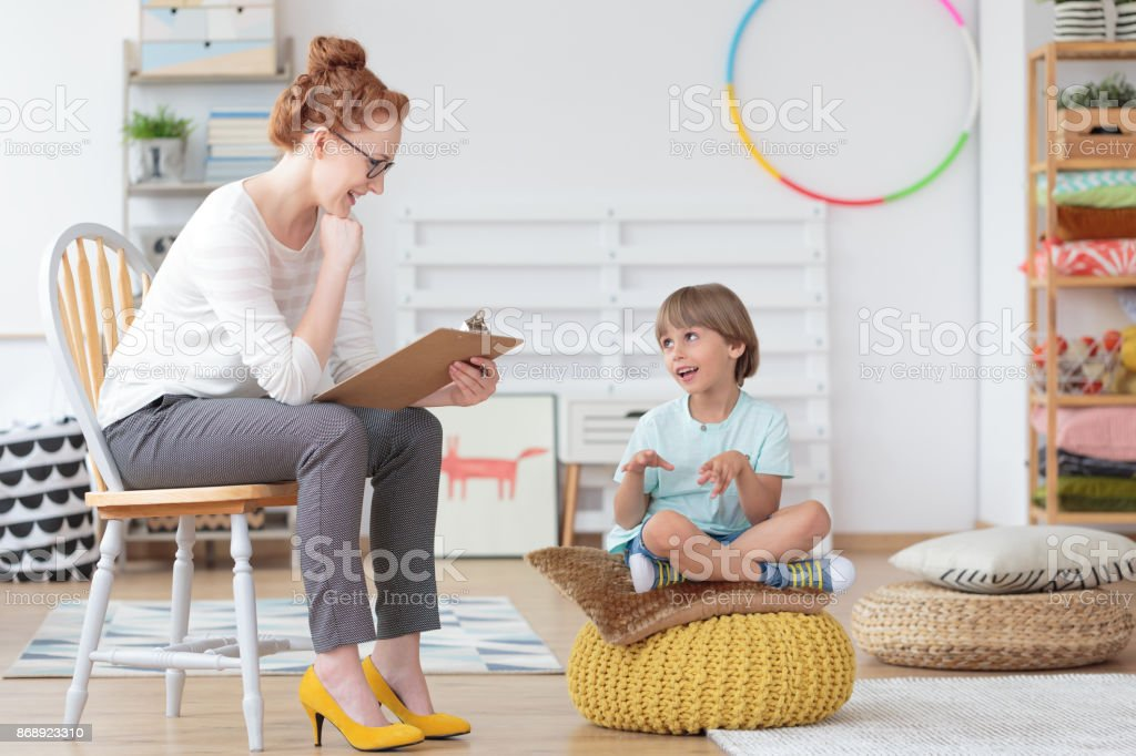 Child counselor during psychotherapy session – zdjęcie