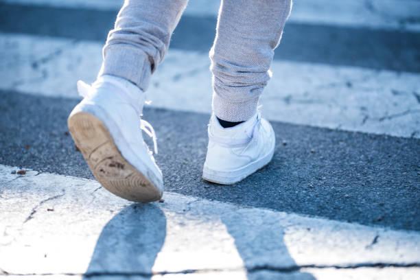 Kind überquert die Straße – Foto