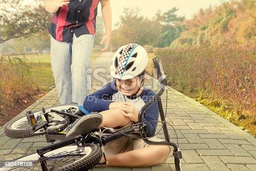 istock Child crying after falling from bicycle 485478168