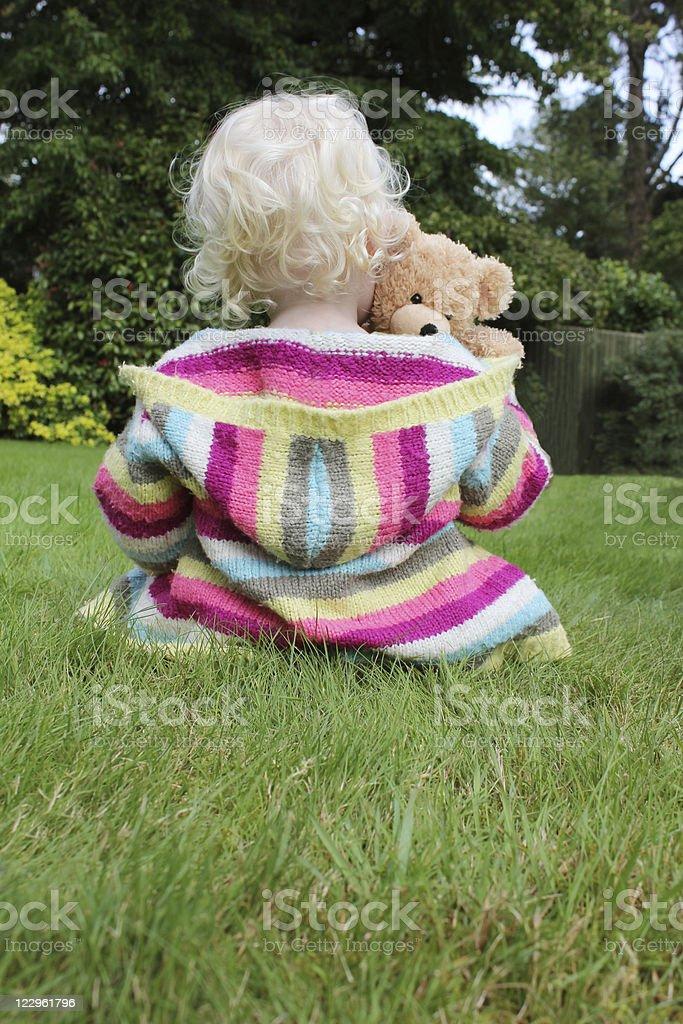 Niño Abrazarse de peluche - foto de stock