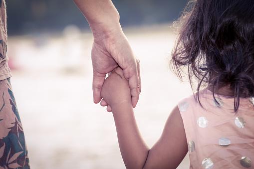 Ребенок Милая Маленькая Девочка И Мать Держа Руки Вместе — стоковые фотографии и другие картинки 2015