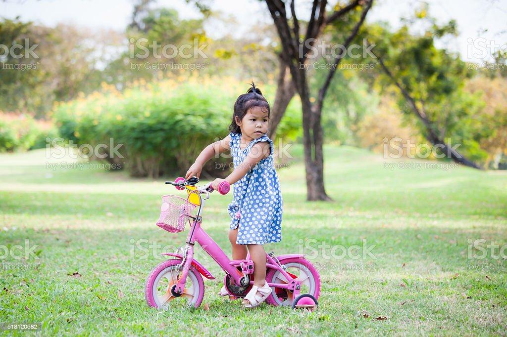 Niña Montando Su Bicicleta En Un Parque: Fotografía De Lindo Niño Niña Pequeña Montar En