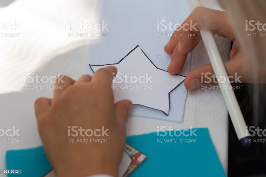 barn depicture på papper stjärna i master class - Royaltyfri Barn Bildbanksbilder