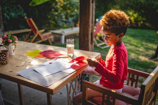 Kind macht ein Kunstprojekt zu Hause – Foto