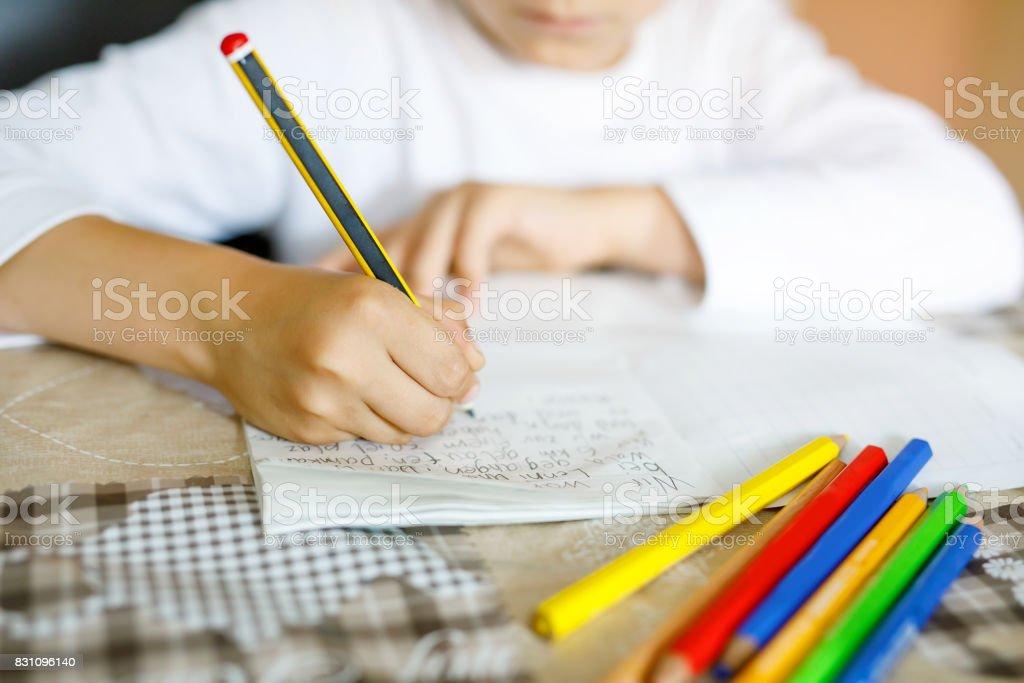 Kind Hausaufgaben und schreiben Geschichte Essay. Grundschule oder primäre Klasse – Foto