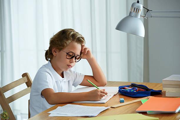 Kind machen Hausaufgaben – Foto