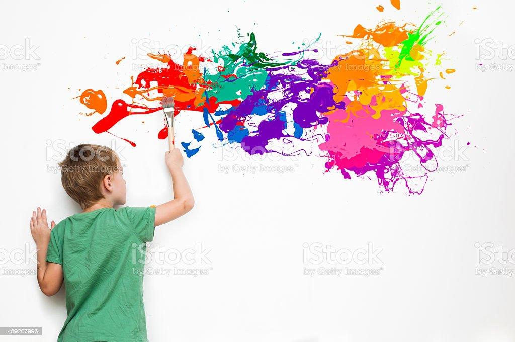 Bambino Disegnare Un Quadro Astratto - Fotografie stock e altre ...