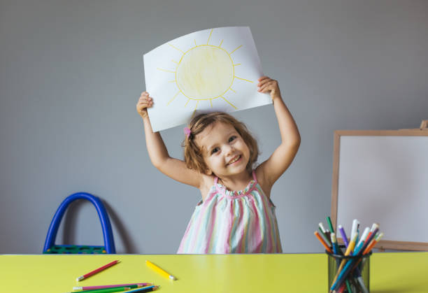 niño dibujando en casa - dibujar fotografías e imágenes de stock