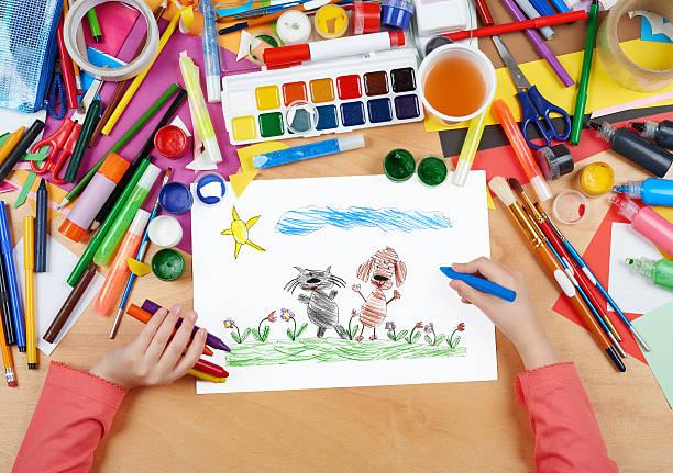 kind zeichnung katze und hund freunde gehen auf gras - katze zeichnen stock-fotos und bilder