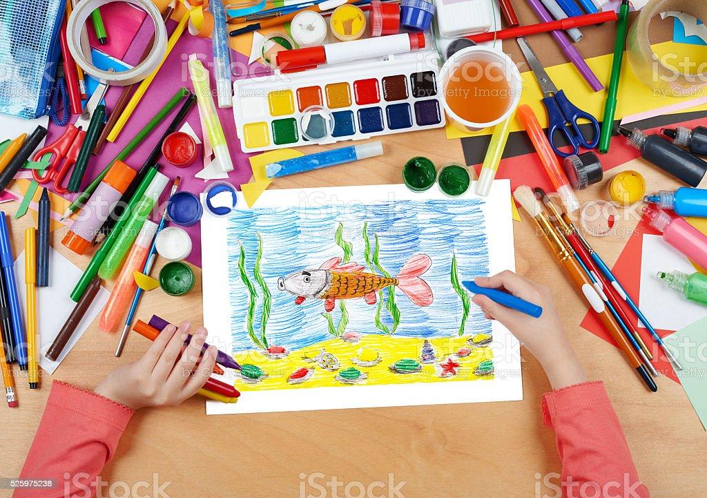 Bambino Disegnare Pesci Sottacqua E I Fondali Marini Vista Dallalto