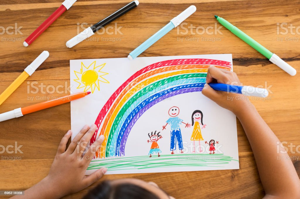 Child drawing happy family - Стоковые фото 6-7 лет роялти-фри
